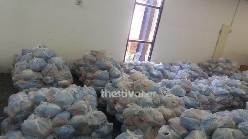 Εικόνες ντροπής για μια σακούλα φαγητό - Η Ελλάδα που «ονειρεύονται» οι ΣΥΡΙΖΑ- ΑΝΕΛ; (vid)