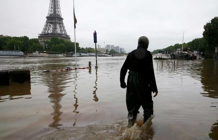 Πλημμύρες: Ο Σηκουάνας έκανε το Παρίσι... Βενετία – Τουλάχιστον 5 νεκροί στη Βαυαρία (videos+photos)