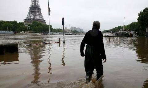 Πλημμύρες: Το Παρίσι έγινε... Βενετία - Κλειστό το Λούβρο - Νεκροί στη Βαυαρία (videos+photos)