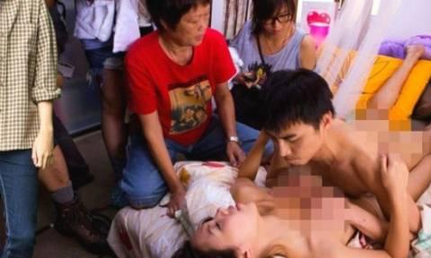 Απίστευτες φωτογραφίες-σοκ: Επέμεναν να δουν το γιο τους να χάνει την παρθενιά του!