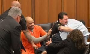 Συγκλονιστικό βίντεο: Πατέρας επιτίθεται στον προκλητικό δολοφόνο της 18χρονης κόρης του