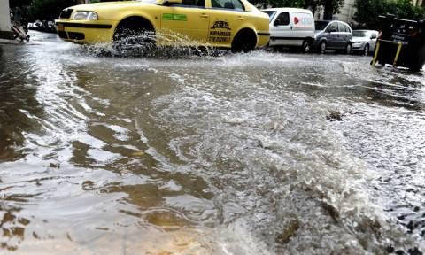 Πλημμύρες και καταστροφές από το ξαφνικό μπουρίνι που έπληξε την Αττική (vid)