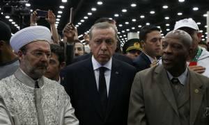 «Έφαγε πόρτα» στην κηδεία του Μοχάμεντ Άλι ο Ερντογάν – Επιστρέφει άρον άρον στην Τουρκία (Vid)