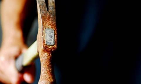 Σκληρές εικόνες στο Αίγιο: Χτύπησε τη γυναίκα του με σφυρί στο κεφάλι