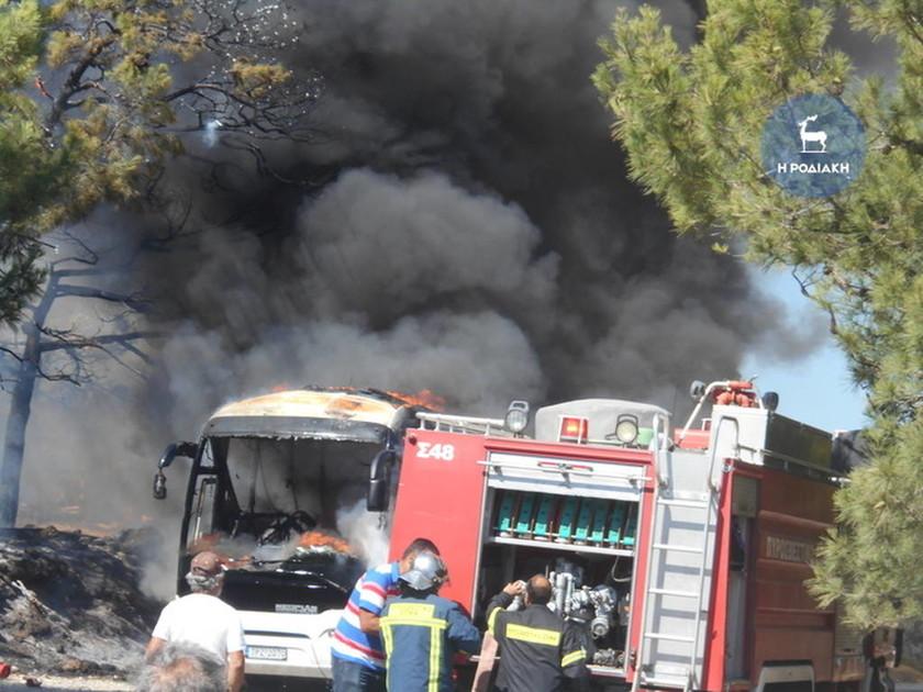 Ρόδος: Πυρκαγιά σε λεωφορείο – Σώθηκαν από θαύμα οι επιβάτες (vid+pics)