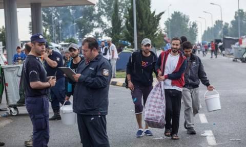 Πολύκαστρο: Εκατοντάδες πρόσφυγες αποχώρησαν ήδη από τον καταυλισμό του βενζινάδικου