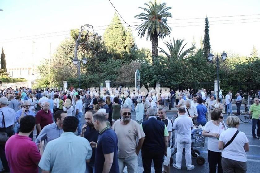 «Παραιτηθείτε» - Σύνταγμα LIVE εικόνα: Λεπτό προς λεπτό η συγκέντρωση διαμαρτυρίας
