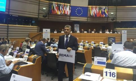 Ο Αγοραστός σήκωσε πανό στο Ευρωκοινοβούλιο κατά του Brexit