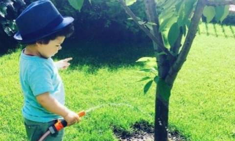 O γιος της είναι μια γλύκα. Ποτίζει τον κήπο και εκείνη τον φωτογραφίζει
