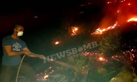 Πύρινος εφιάλτης στην Κύπρο: Νεκρός ένας πυροσβέστης – Εκκενώθηκαν χωριά (pics&vid)