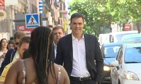 Σάλος στην Ισπανία: Ο Πέδρο Σάντσεθ χαιρέτησε μετανάστες και μετά... σκούπισε το χέρι του (video)