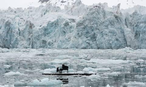 Συγκλονιστικό βίντεο: Ο Ludovico Einaudi παίζει πιάνο στη μέση του Αρκτικού Ωκεανού!