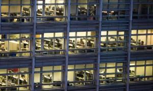 Στον Καιάδα οι εργαζόμενοι: Τέλος σε τριετίες και επιδόματα