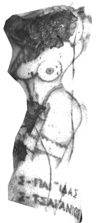 Στο δεξί αντιβράχιο, μια γυμνή γυναίκα και τις λέξεις «Σ-ΠΑΤΙΔΑΣ» ή «Σ-ΠΑΓΙΔΑΣ» και «Σ-ΤΣΑΓΑΝΙΟΣ» ή «Σ-ΤΣΑΤΑΝΙΟΣ»
