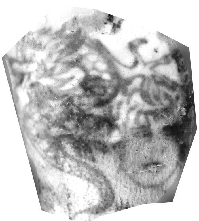 Στον αριστερό βραχίονα, μία γυναικεία μορφή