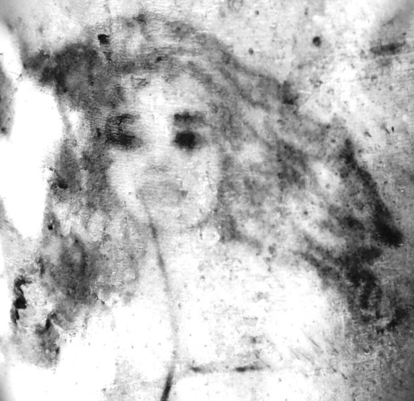 Στο αριστερό αντιβράχιο, ένα γυναικείο πρόσωπο