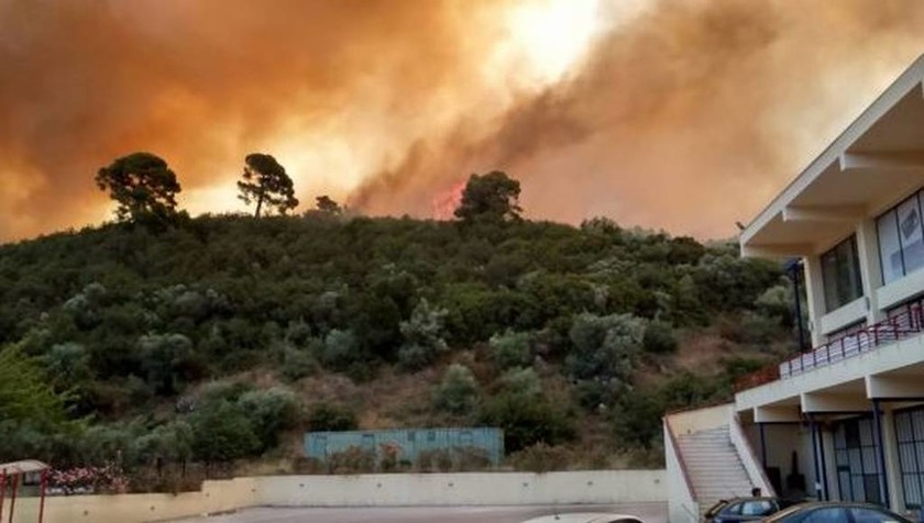 Πυρκαγιά Χαλκιδική: Ανεξέλεγκτη φωτιά απειλεί σπίτια στο Νέο Μαρμαρά