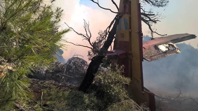 Φωτιά Δερβενοχώρια: Εικόνες σοκ από το Καναντέρ - Δείτε από πού βγήκαν ζωντανοί οι πιλότοι