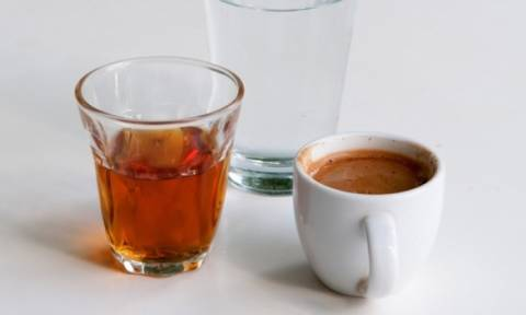 Αλτσχάιμερ: Σε ποια ποσότητα δρουν προστατευτικά κρασί και καφές