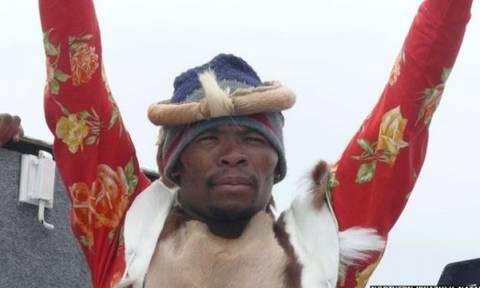 Τρομερός τύπος: Τους έπεισε ότι είναι αναστημένος τραγουδιστής που είχαν απαγάγει... ζόμπι! (videos)