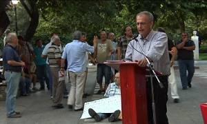 Γιούχαραν βουλευτή του ΣΥΡΙΖΑ στον Βόλο - Αγανακτισμένος πολίτης κάθισε στο έδαφος (photo-video)