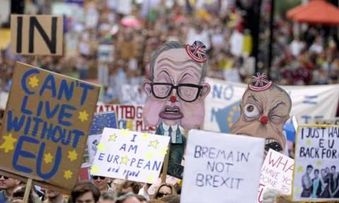 Χιλιάδες άνθρωποι διαδήλωσαν στο Λονδίνο κατά του Brexit (pics)