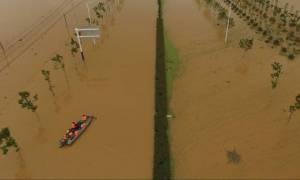 Φονικές πλημμύρες στην Κίνα: Τουλάχιστον 93 νεκροί – Πάνω από 700.000 οι εκτοπισμένοι (videos)