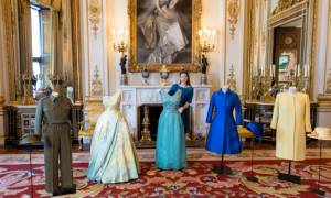 Βρετανία: Έκθεση με τα ρούχα της Ελισάβετ στο παλάτι του Μπάκιγχαμ