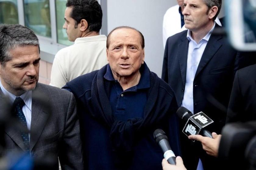 Ιταλία: Eμφανώς καταπονημένος o Σίλβιο Μπερλουσκόνι πήρε εξιτήριο από το νοσοκομείο (Pics)