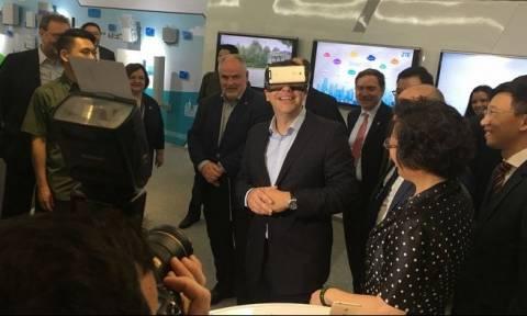 Τι είδε ο Τσίπρας μέσα από τα γυαλιά εικονικής πραγματικότητας; (vid)