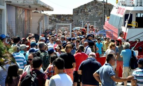 Λιποθυμίες και ένταση στη Χίο: Τούρκοι τουρίστες εγκλωβίστηκαν στο λιμάνι (vid)