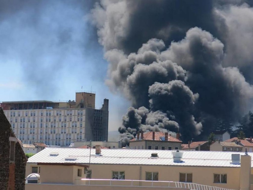 Έκτακτο: Δύο εκρήξεις συγκλόνισαν νοσοκομείο στη νότια Γαλλία – Μεγάλη πυρκαγιά (Pics & Vid)