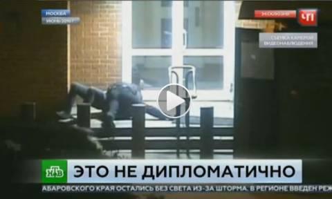 Ρωσία: Άγριο ξύλο Αμερικανού διπλωμάτη με Ρώσο φρουρό στην πρεσβεία της Μόσχας (vid)