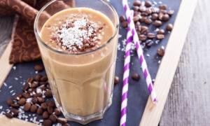 Πρωινό smoothie με καφέ και παγωμένο γιαούρτι