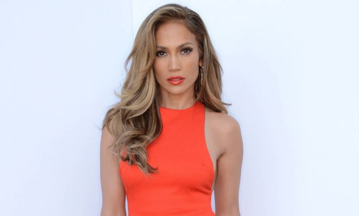 Jennifer Lopez: Το styling tip στο οποίο ορκίζεται (και κολακεύει απίστευτα το σώμα