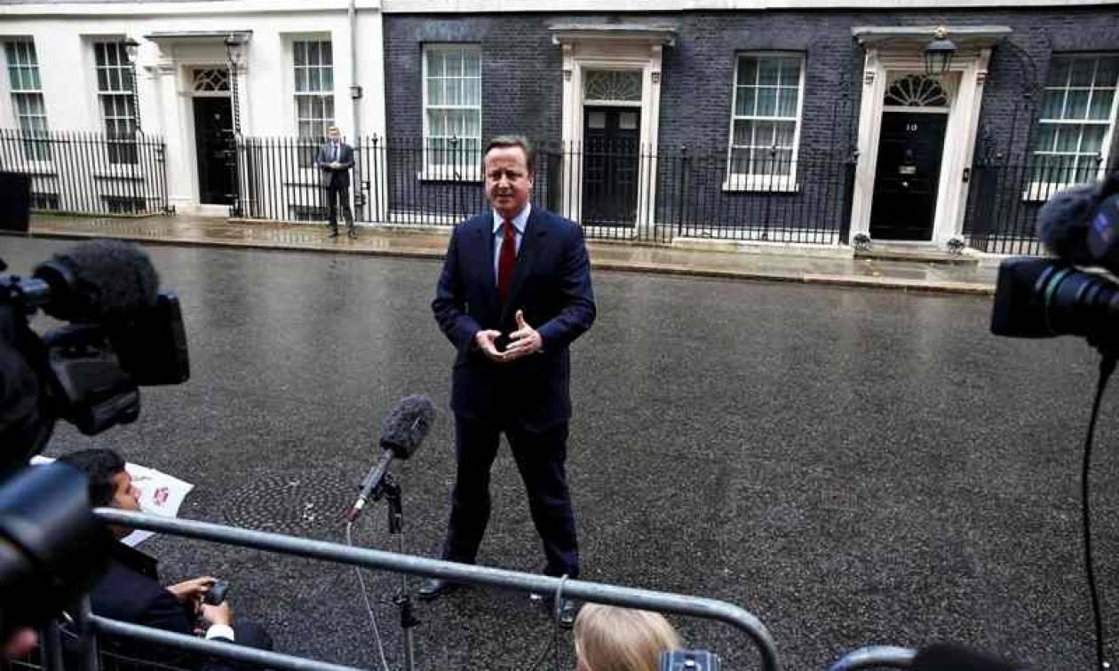 Ραγδαίες εξελίξεις στη Βρετανία: Την Τετάρτη παραιτείται ο Κάμερον - Στηρίζει την Μέι