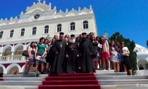 Ο Μητροπολίτης Γλυφάδας εκπλήρωσε προσωπικό τάμα στην Τήνο