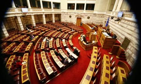 Βουλή: Ψηφίσθηκαν κατά πλειοψηφία αλλά χωρίς τους 200 τα άρθρα του νέου εκλογικού νόμου
