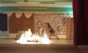 Βίντεο – σοκ: Μαθήτριες αρπάζουν φωτιά κατά τη διάρκεια σχολικής παράστασης