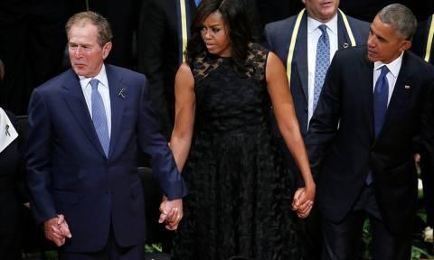 Δείτε τι έκανε ο Μπους σε τελετή μνήμης για τα θύματα του Ντάλας και εξόργισε τους Αμερικανούς (vid)