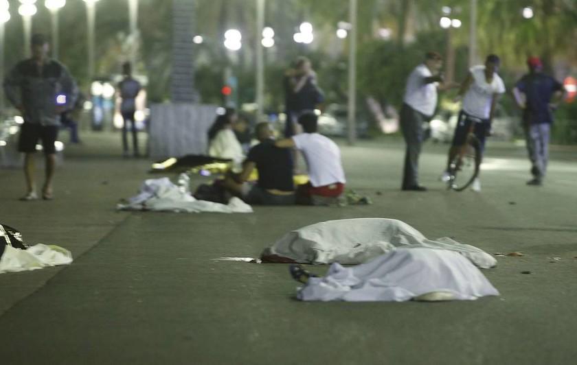 Συναγερμός στη Γαλλία: Νταλίκα εμβόλισε πλήθος στη Νίκαια - Τουλάχιστον 50 νεκροί
