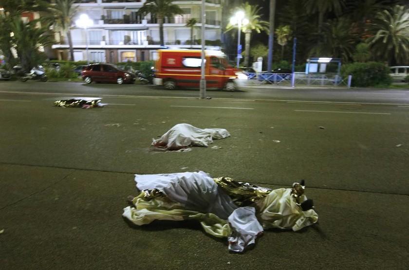 Νίκαια: Συγκλονιστικά ντοκουμέντα από τη στιγμή που το φορτηγό πέφτει πάνω στο πλήθος (pics&vids)