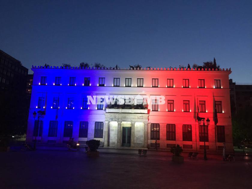 Στα χρώματα της γαλλικής σημαίας το δημαρχείο της Αθήνας
