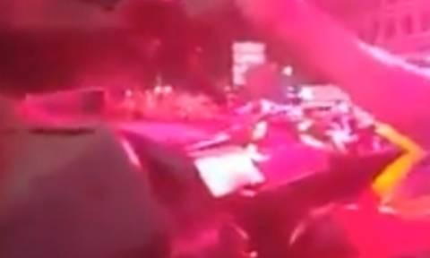 Βίντεο σοκ: Άρμα μάχης ισοπεδώνει αυτοκίνητα στην πλατεία Ταξίμ