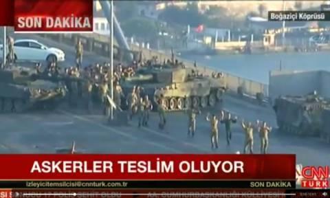 Πραξικόπημα Τουρκία: Με τα χέρια ψηλά δεκάδες στρατιωτικοί παραδίνονται στο Βόσπορο (Vid)