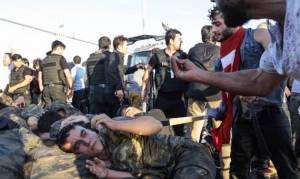 Φωτογραφία – σοκ από την Τουρκία: Στοιβάζουν γυμνούς τους πραξικοπηματίες στρατιώτες
