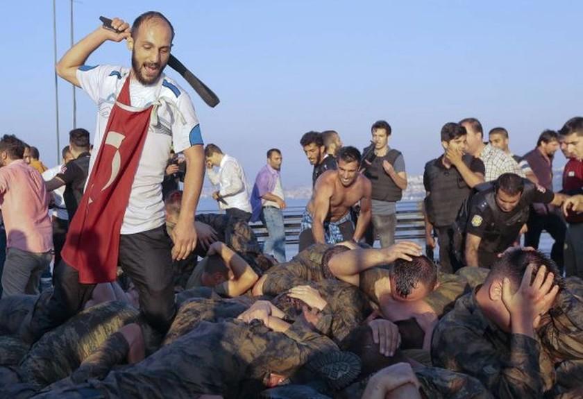 Φρικιαστικές εικόνες από τα βασανιστήρια των πραξικοπηματιών στην Τουρκία