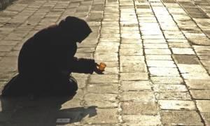 Σπαράζει καρδιές η ιστορία της μαυροφορεμένης γιαγιάς που ζητιανεύει στη Θεσσαλονίκη (vid)