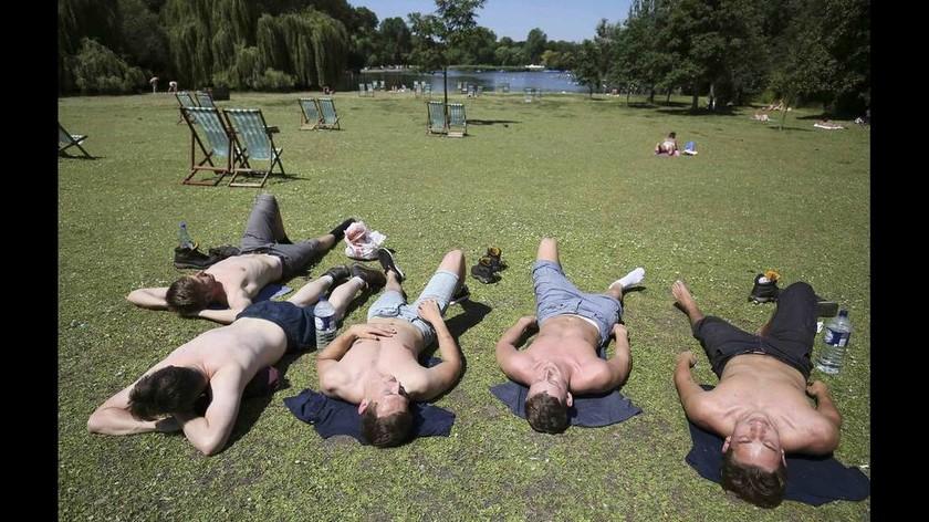 Εκεί όπου οι Βρετανοί κάνουν ηλιοθεραπεία (photos)