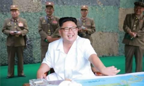 Βόρεια Κορέα: Ο Κιμ Γιονγκ Ουν ποζάρει με βαλλιστικούς πυραύλους για πρωτοσέλιδο (Pics)